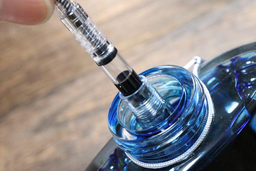 PILOT万年筆「kakuno(カクノ)」とコンバーター「CON-40」でボトルインク色彩雫を使っている様子