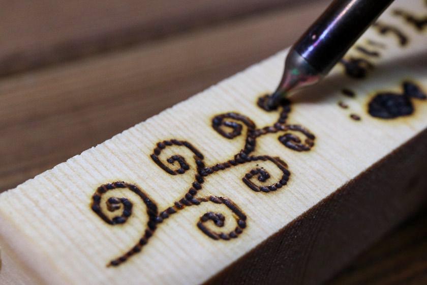 ハッコー(HAKKO)マイペンアルファ(my pen alpha)電熱ペンでウッドバーニングをしている画像