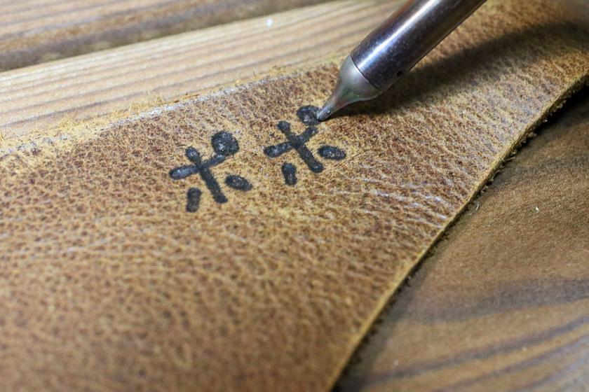 ハッコー(HAKKO)マイペンアルファ(my pen alpha)電熱ペンで名前を入れている画像