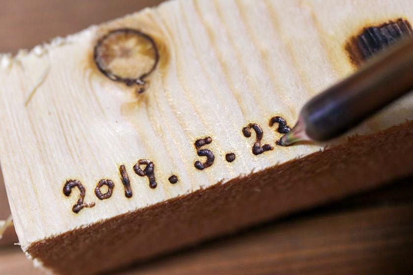 ハッコー(HAKKO)マイペンアルファ(my pen alpha)電熱ペンで日付を入れている画像