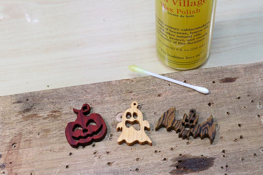 木製ハロウィンオーナメントのオイル仕上げ