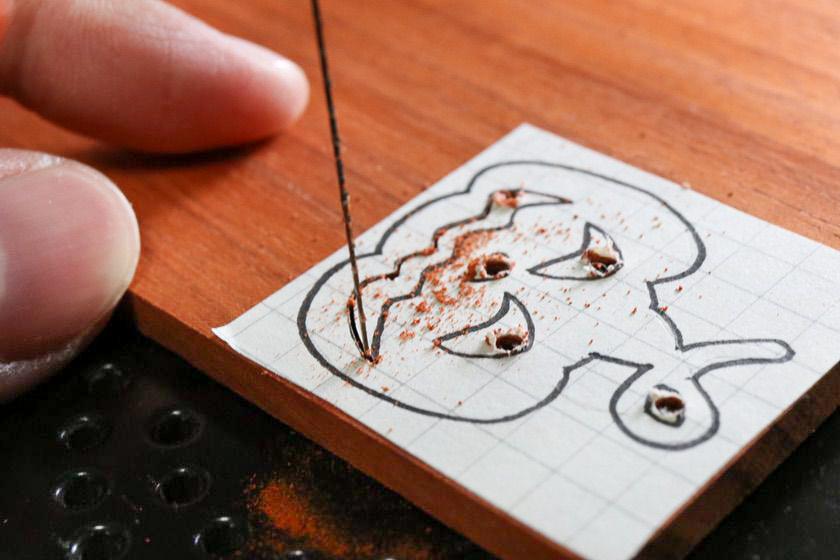 電動糸鋸盤で切り抜き加工