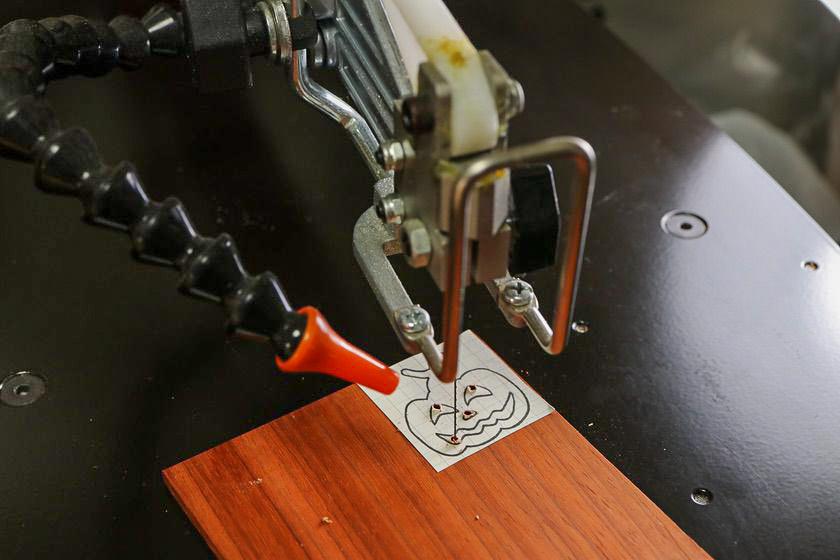 電動糸鋸盤でカボチャの切り抜き