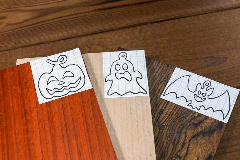 ハロウィンオーナメントの型紙を木材に貼り付ける