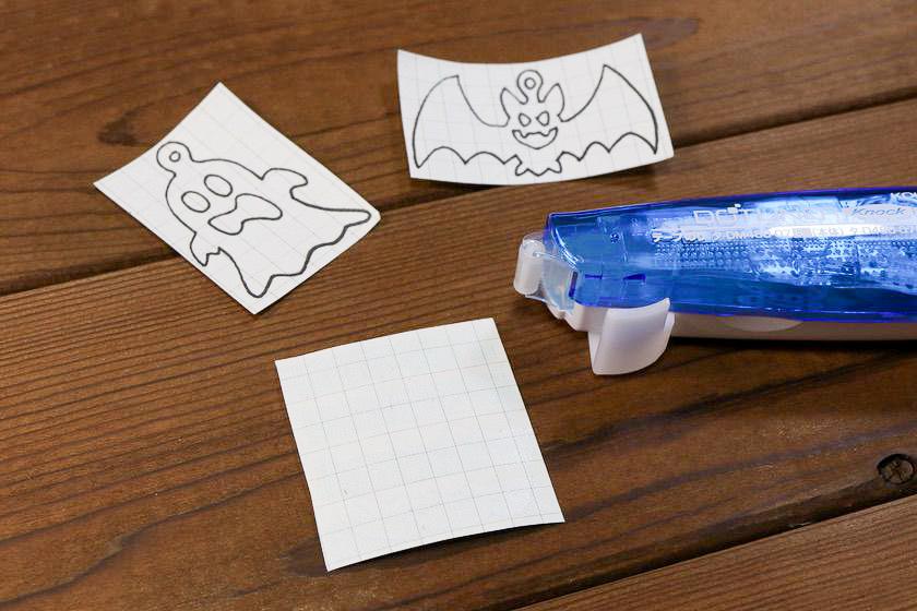 ハロウィンオーナメントの型紙の裏にテープのりを貼る